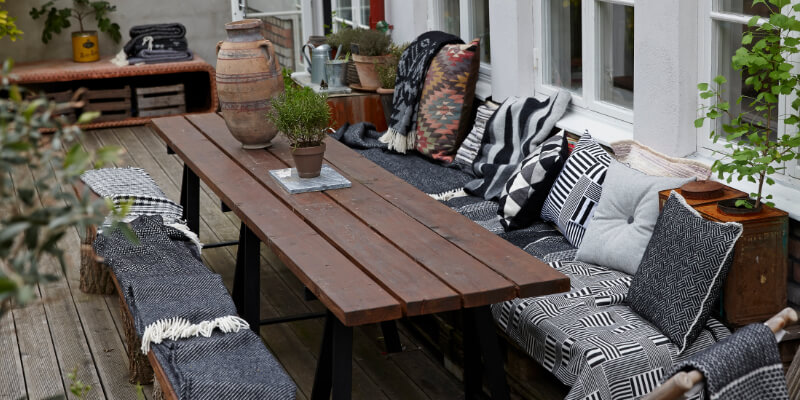 klippan-styling-with-black-throws-outside