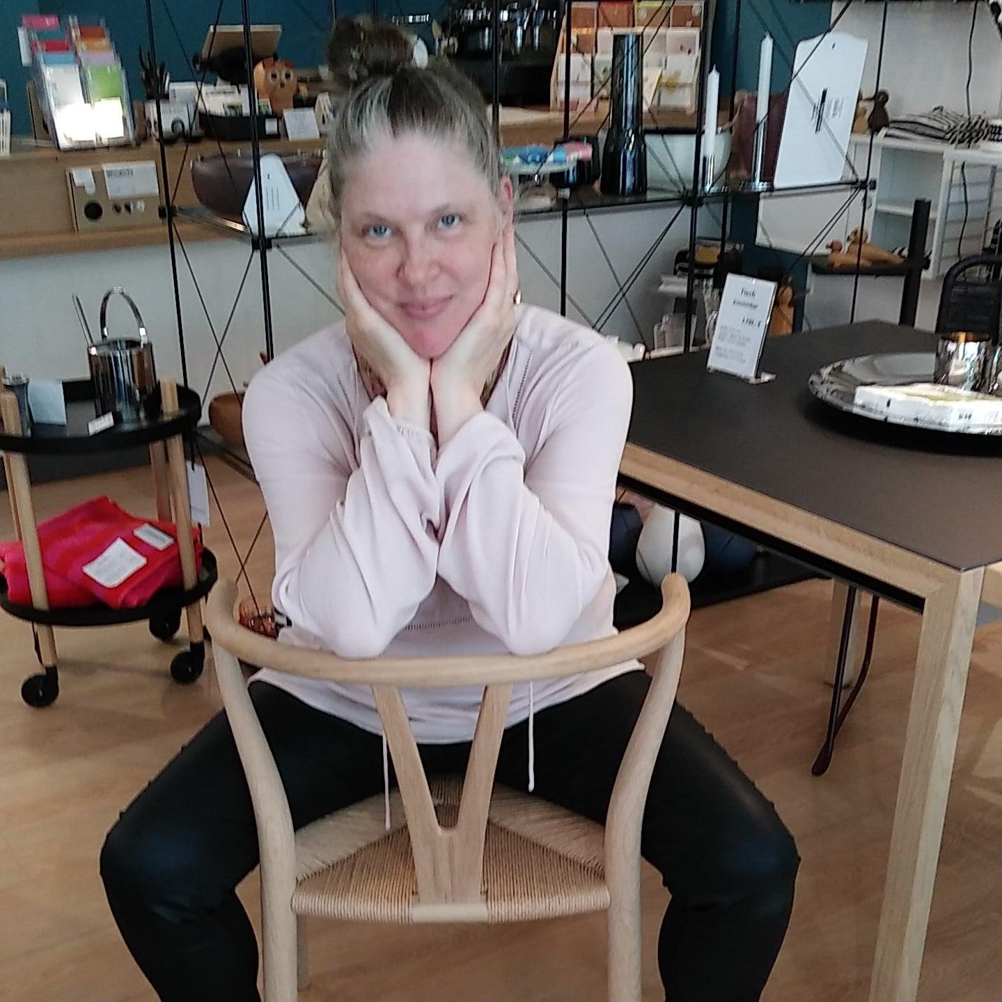 Henrike Lombardozzi mit Y-Chair von Carl Hansen_