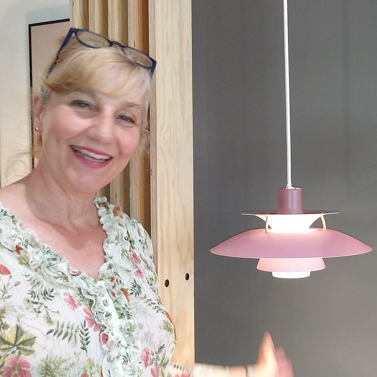 Jutta Stina Strauß mit Leuchte PH5mini von Poul Henningsen_